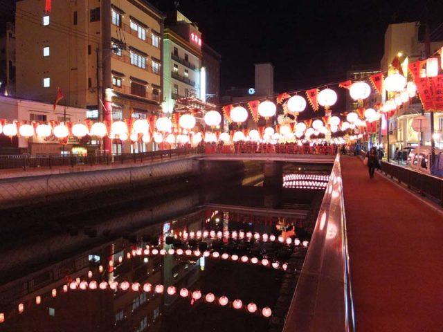 長崎の川とランタン