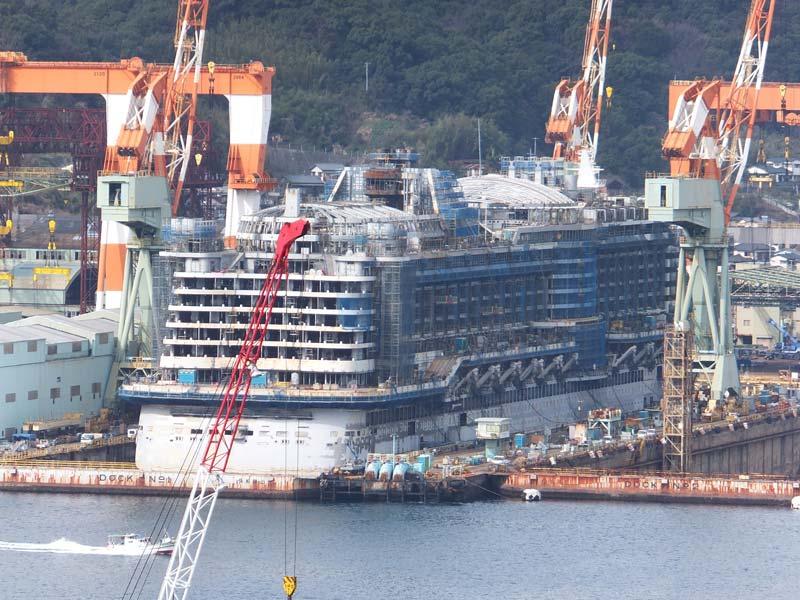 長崎の港で造船中