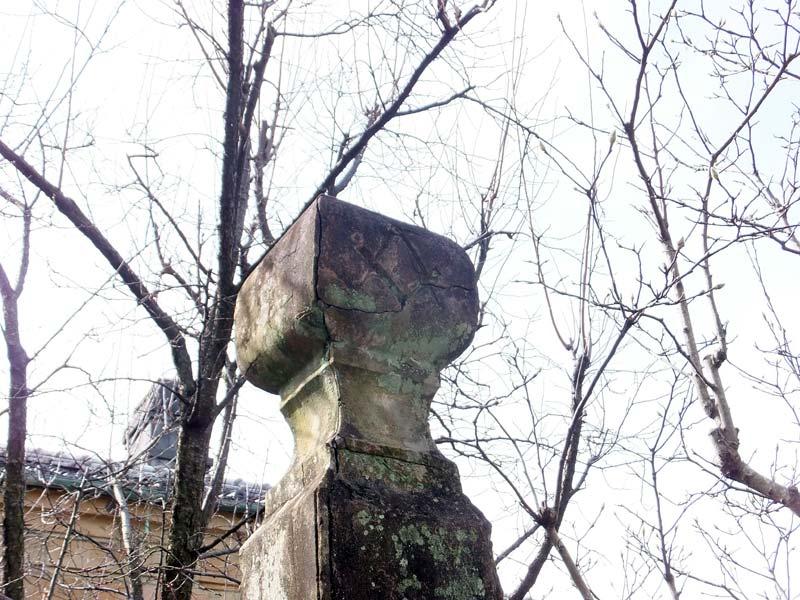 フリーメーソン・ロッジの石柱