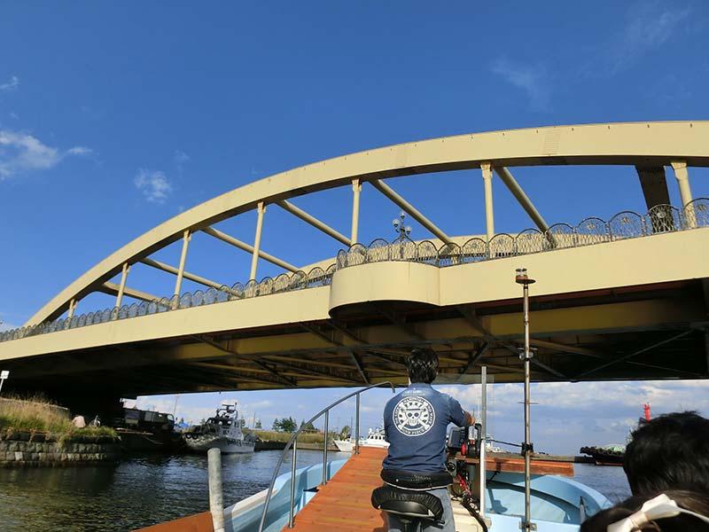 橋の下を抜ける