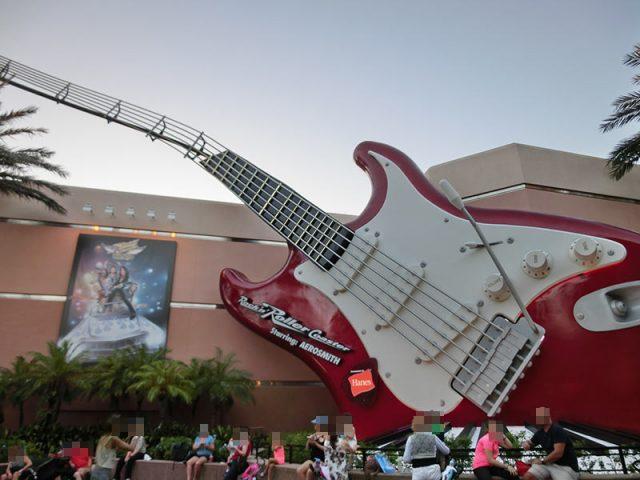 ロックンローラーコースターの大きなギター
