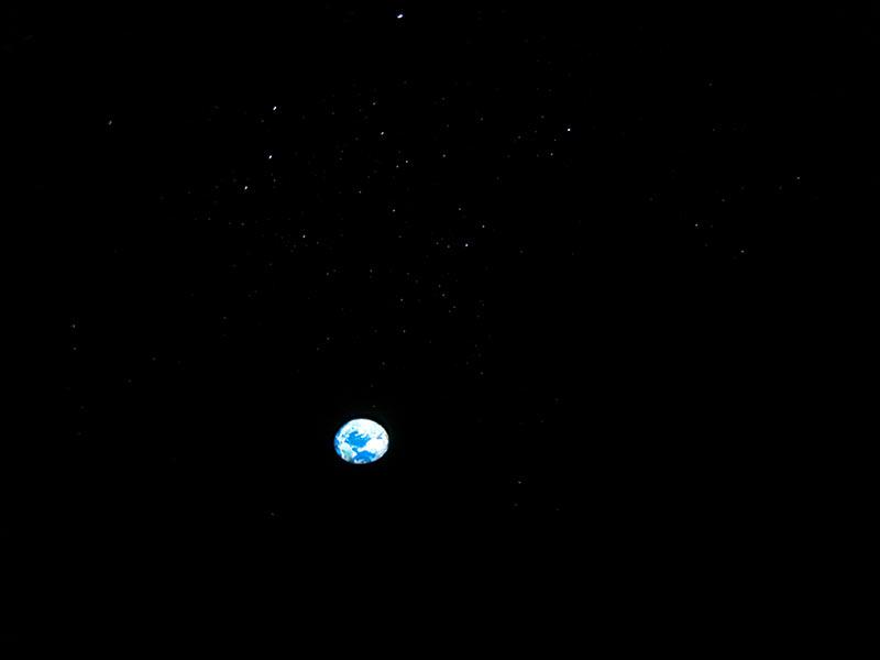 スペースシップアース、宇宙に浮かぶ地球