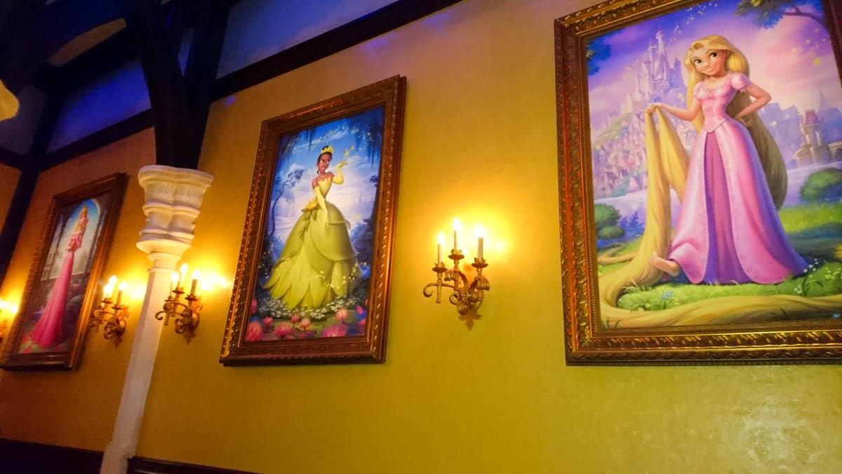 プリンセス・フェアリーテール・ホールの中の肖像画