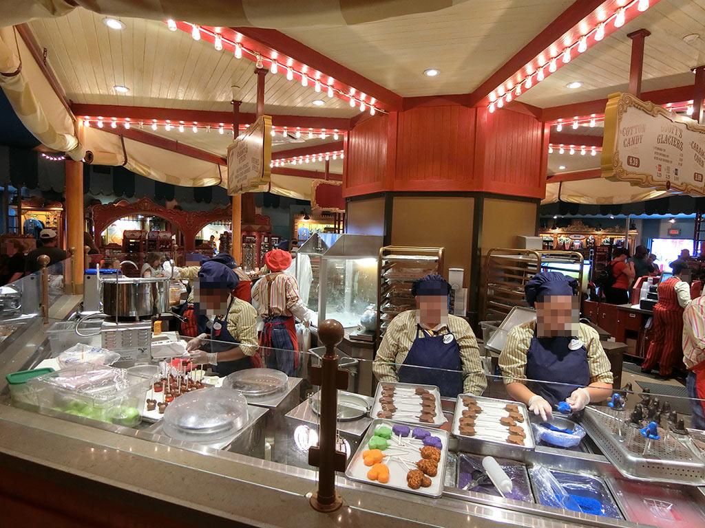 お菓子売り場で働く人たち