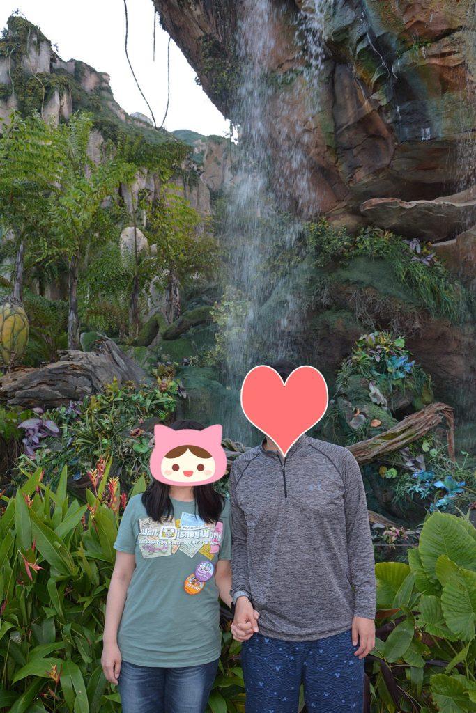 滝を背景に撮ってもらいました